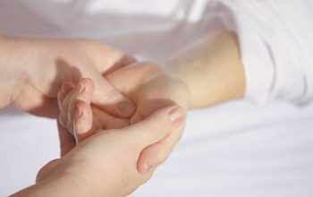 Ingin Kulit Tanganmu Kembali Halus, Namun Dengan Perawatan yang Alami?